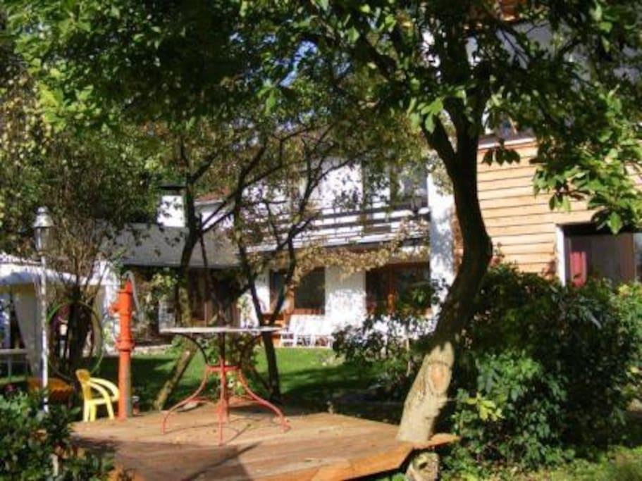 Unser weitläufiger und idyllischer Garten wartet auf Sie!