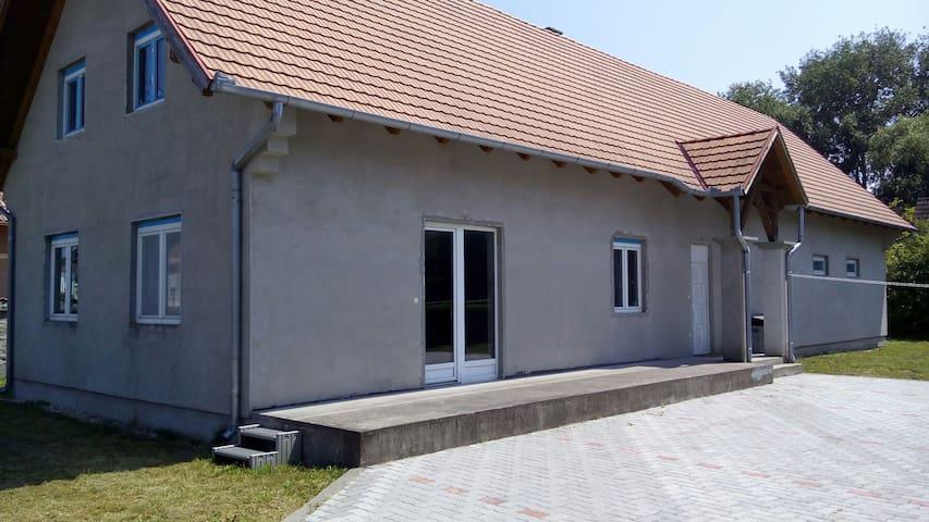Gruppenunterkunft ab 10 bis 30 Personen, auf 200qm - Balatonmáriafürdő - House