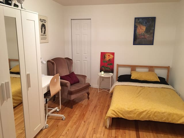 Cozy bedroom minutes to downtown