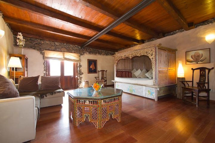 Eco Luxury Villa lounge and double day bed