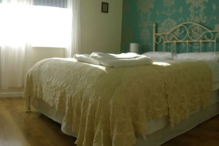 Top Floor Master bedroom with orthopedic mattress - Kennington