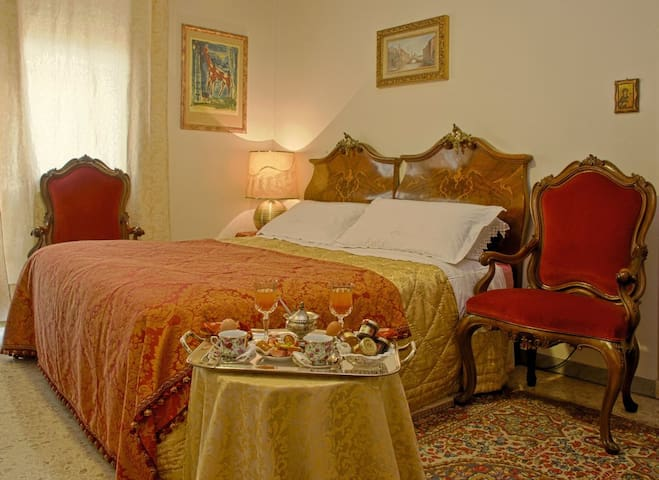quiet and elegant bedroom  - Rome - Inap sarapan