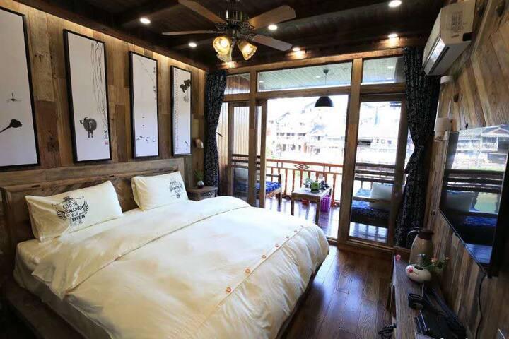 素:临江吊脚楼观景阳台大床房