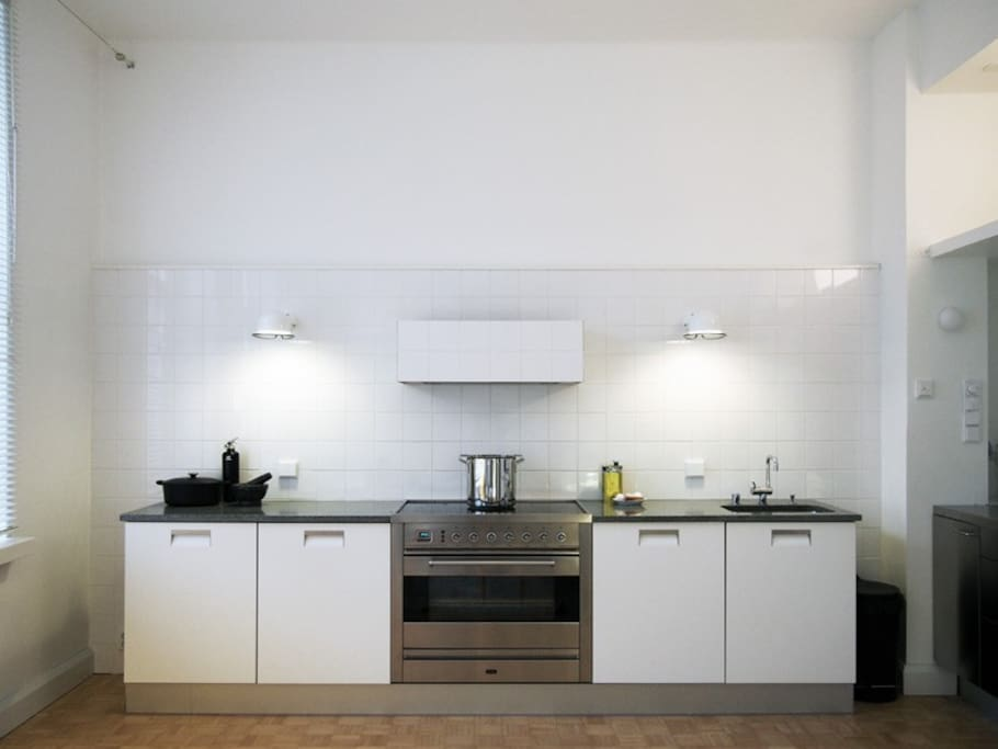 Fully-equipped kitchen. The 90 cm oven makes excellent pizzas. The integrated dishwasher takes care of the washing-up.