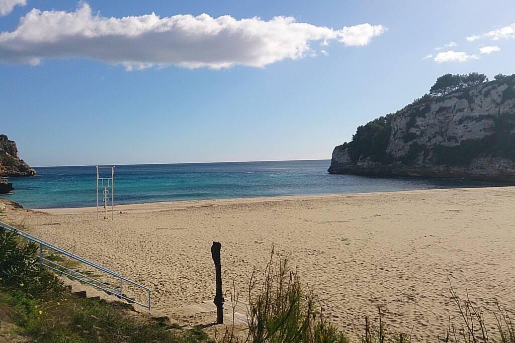 arena fina y blanca, aguas turquesas, cala protegida del viento y con socorrista para estar mas tranquilos... ideal