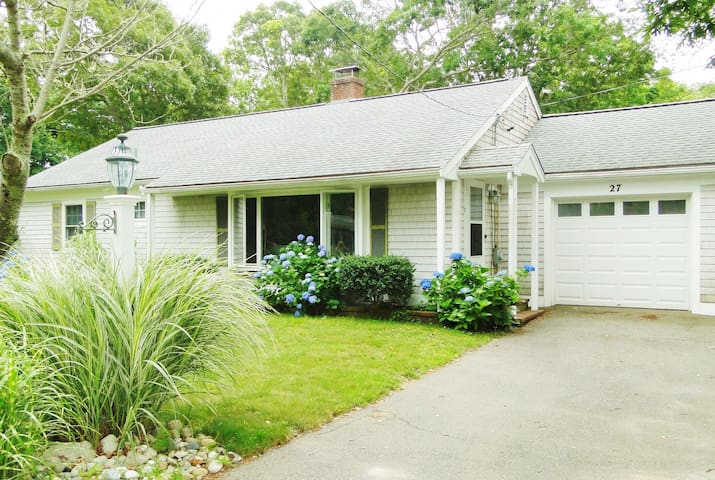 Cozy, renovated cottage. Near beaches & town