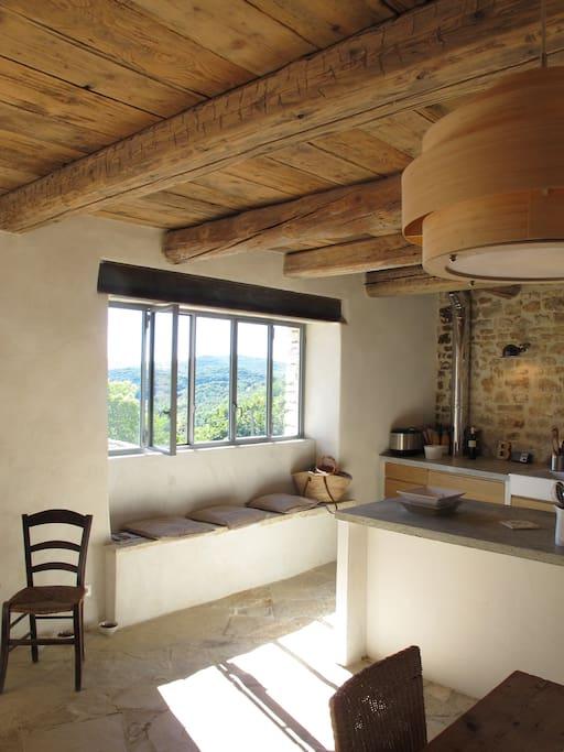 Une grande cuisine toute équipée avec une superbe vue sur les montagnes environnantes
