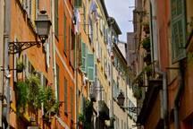 la vieille ville animée, pittoresque et colorée, à 10 minutes à pied de la maison ou accessible en Tramway