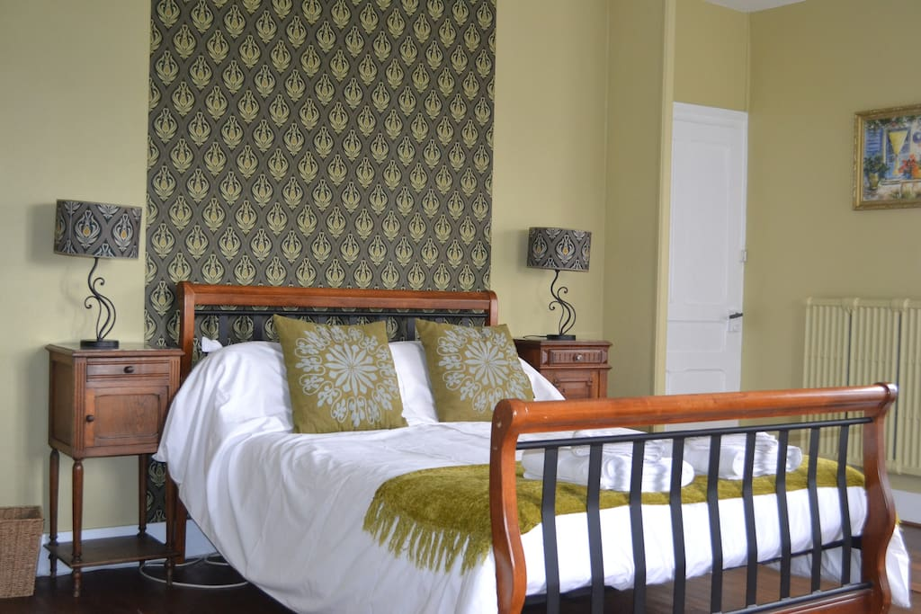 Olive room - King size bed - views over the courtyard and vineyards