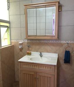 Spacious room, private bathroom, full size bed - Antofagasta - House