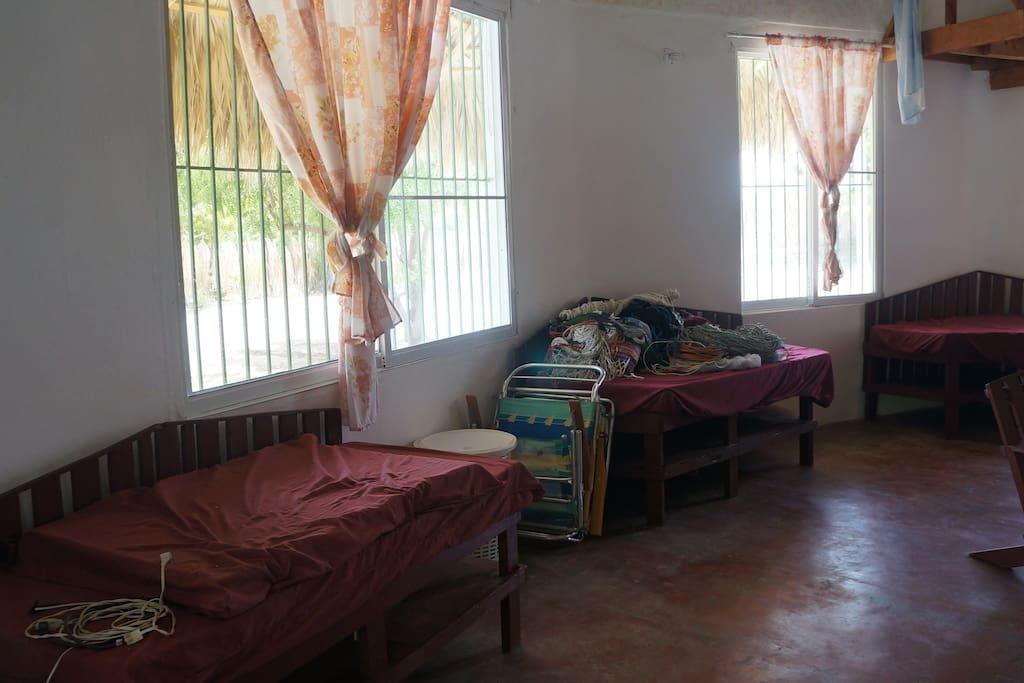 tres camas simples y dos matrimoniales