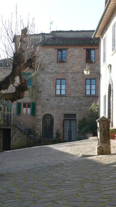 La facciata in sasso con ingresso indipendente