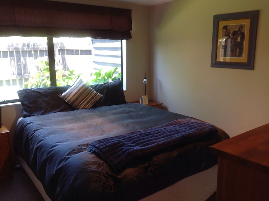 Kingsize bed with TV & private bathroom & toilet