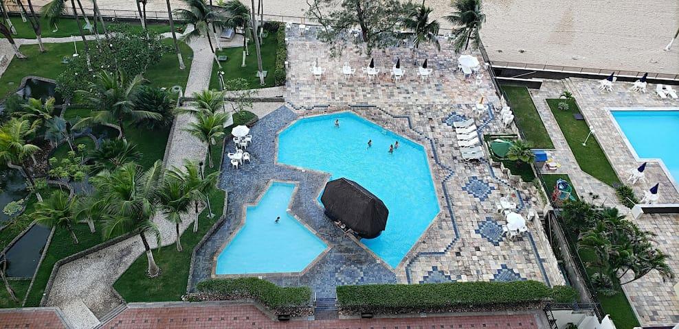 Para melhor conforto dos hóspedes são duas piscinas: adulto e infantil. Essa é a vista do apartamento.