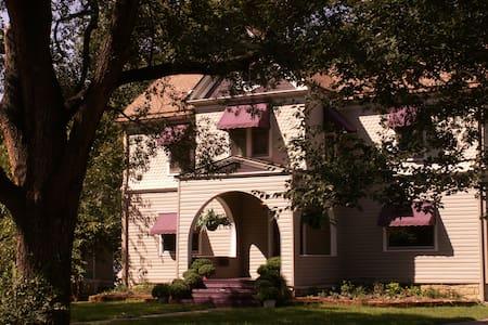 Historic Executive Style Inn  - Topeka