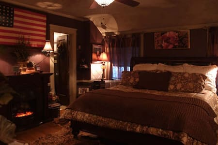 Nightly Stay Gothic Tudor Inn - Topeka - Bed & Breakfast