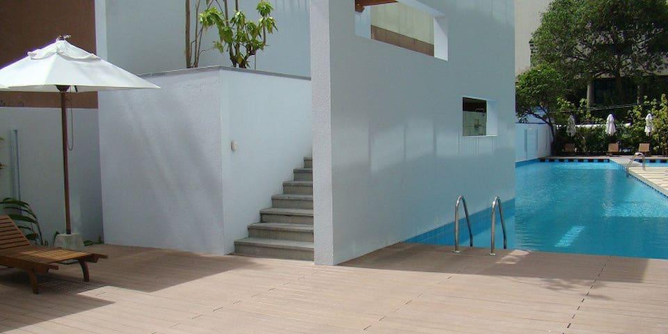 Emperor Pool, kiddies pool, jacuzzi, sauna, gym, barbecue area, meeting room on the ground floor.