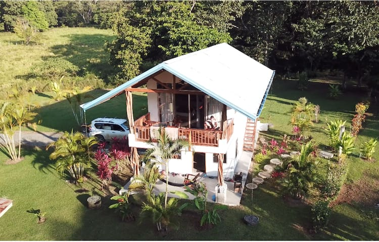 PAVONES Modern BUNGALOW, Close to SURF! (WIFI,AC)