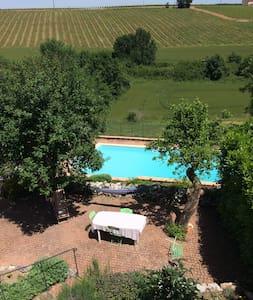 Maison en pierre, jardin et piscine