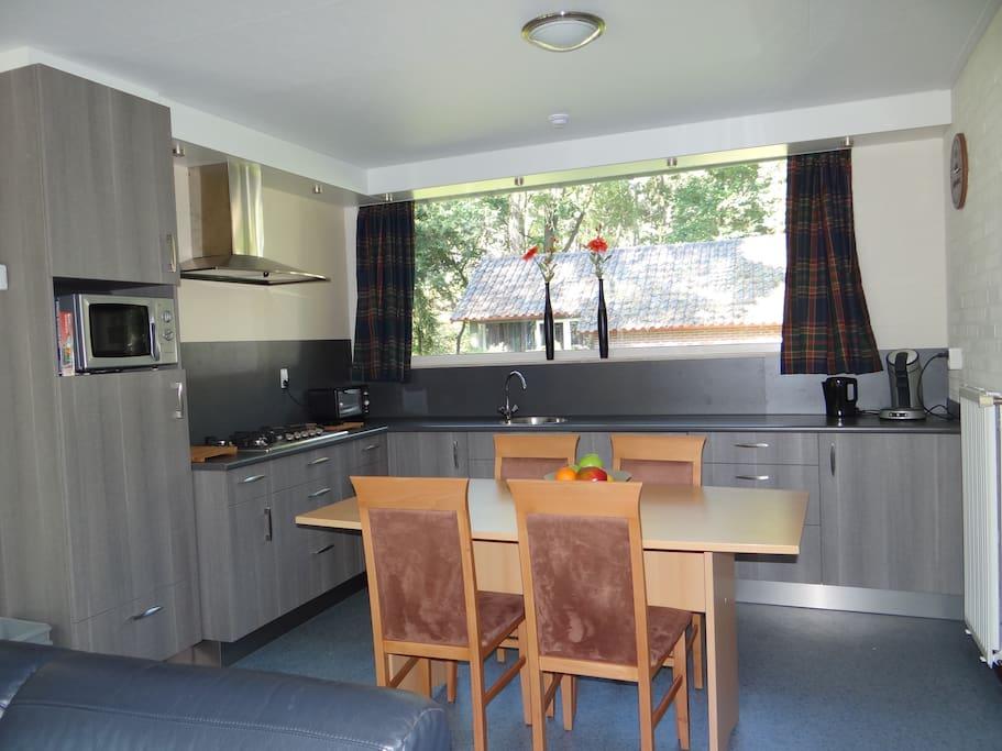 luxe keuken met 5 pits kookplaat op gas vaatwasser koelkast en magnetron