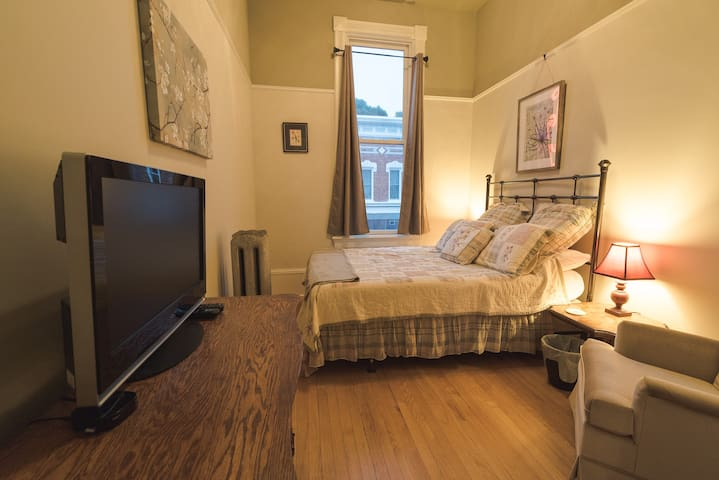 Second bedroom with queen bed.  All the same amenities as the master but smaller