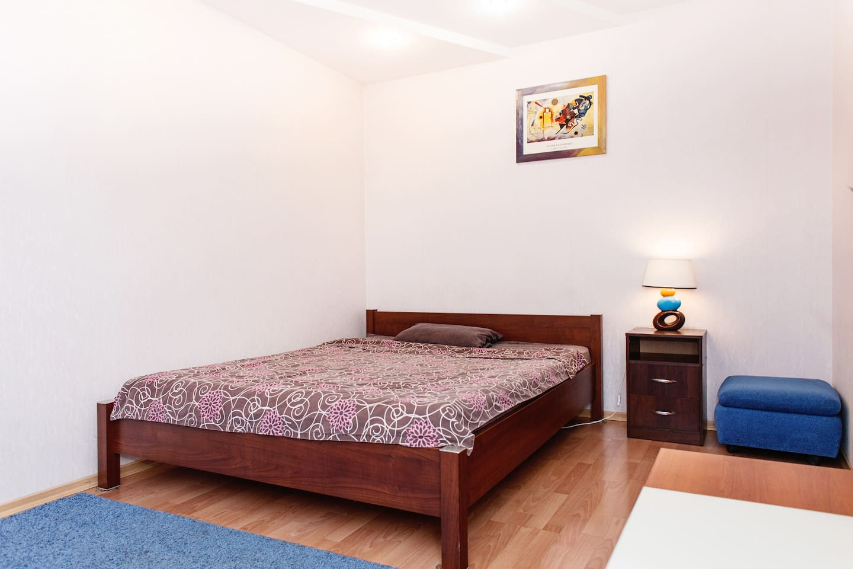 Большая двуспальная кровать с отличным матрасом.