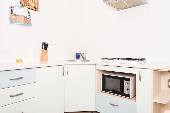 Кухня и все необходимое для приготовления и приема пищи.
