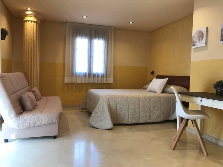 Habitación amarilla.Baño privado en la habitación