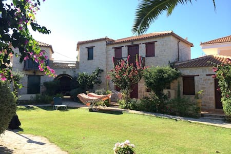 Beachfront 2bed stone built villa - Psarou - Villa