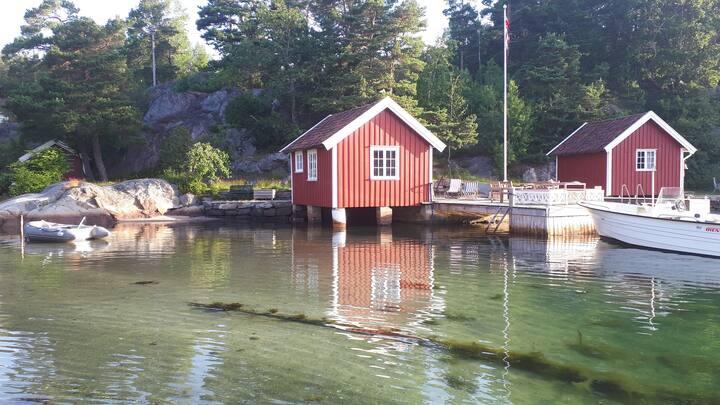 Stort hus med sjøbu, strand og brygge