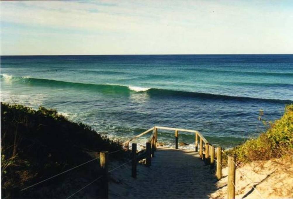 Surf sets Boomerang Beach