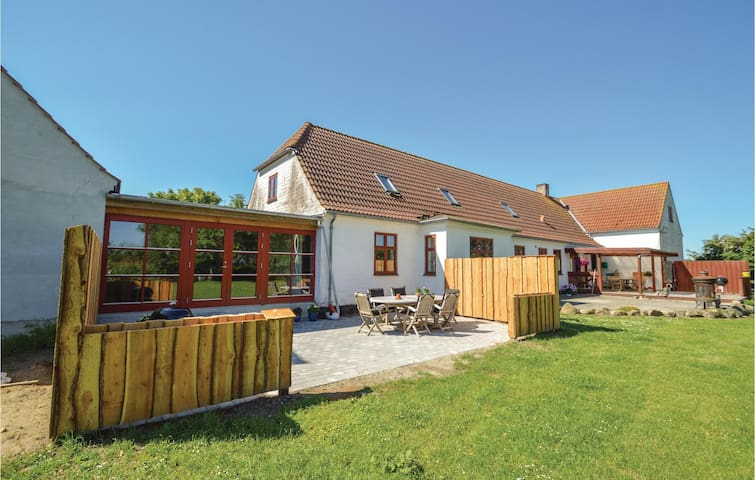 Former farm house with 3 bedrooms on 220m² in Store Heddinge