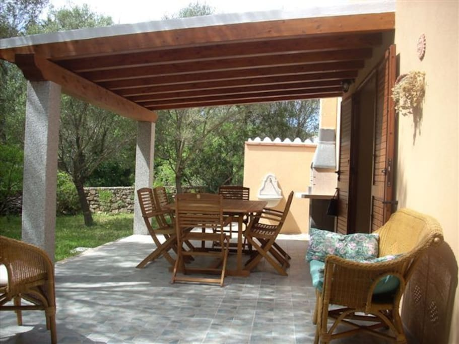 Ampia veranda e grande giardino