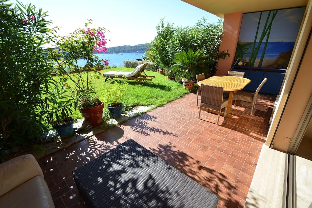 Grande terrasse avec jardin