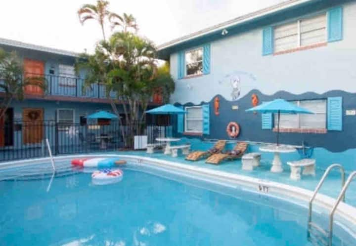 Relax Poolside 🏊🏼♂️🌞 at the Bell 🔔 Great Location🌺🌴🌞