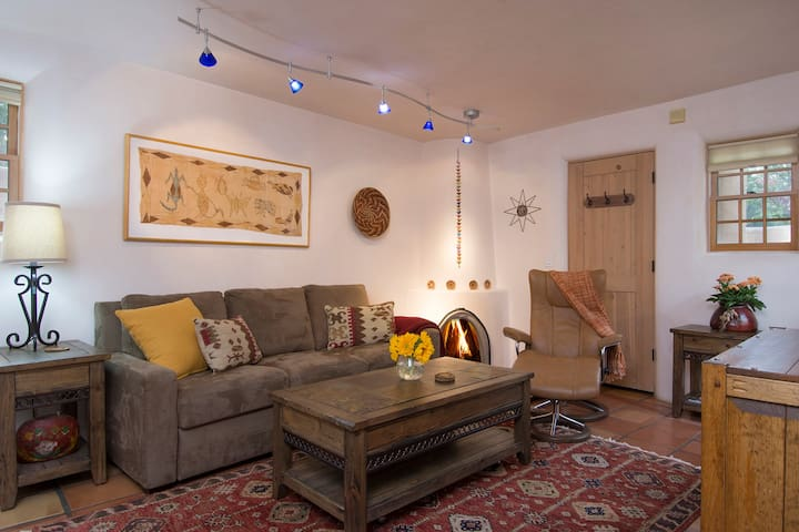 Cozy Casita~ Fireplace~Walk to Plaza & Canyon Rd.