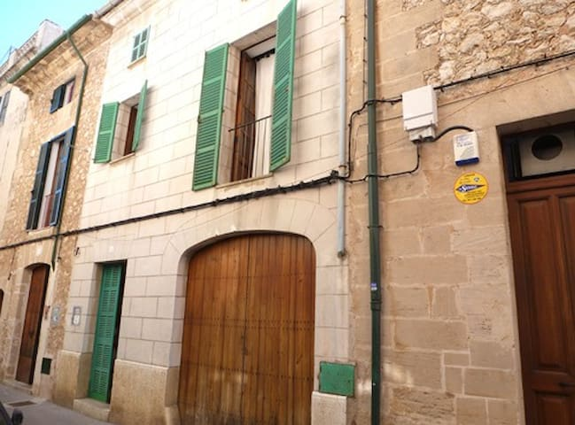 Charming town house in a central location – Casa Mercat