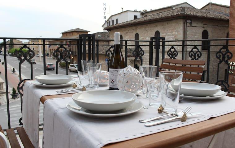 la grande terrazza allestita per pasti con vista sulla piazza della basilica