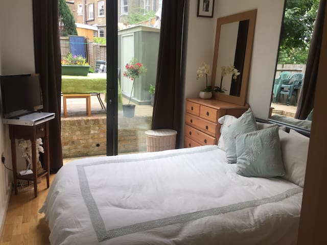 Bright Garden flat in the heart of Kentish town