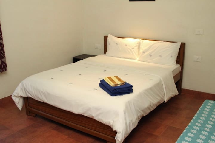 Double bedroom with towels for guests which are changed everyday.