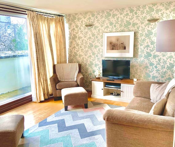 2 bed flat in central Windsor with parking