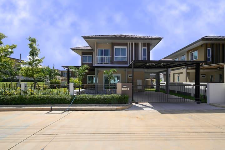 4BR Villa @ Mountain view wifi, gym, pool, garden