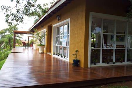 Linda casa de campo em condomínio fechado - Ibiúna