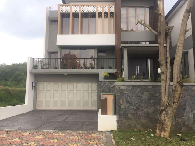 Rumah Villa Bogor di Kaki gunung salak - Bogor Selatan - วิลล่า
