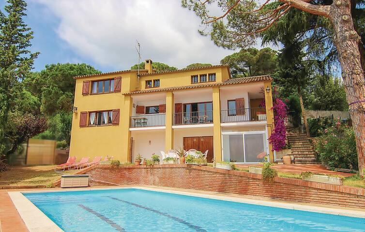 Magnifica casa a 4 vientos con jardín y piscina