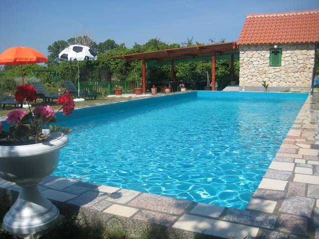 """HAUS MANUELA""Pool,Strandnah,Mai/Juni,Zusatzrabatt - Ljubač - Apartamento"