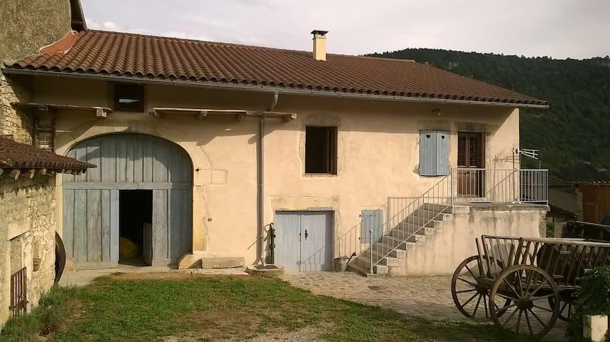 ferme restaurée près de l'eau - Serrières-sur-Ain - House