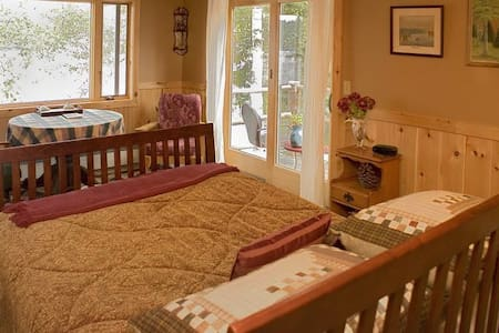 Eagle RoomWaterfront Adirondack B&B - Saranac Lake - Bed & Breakfast