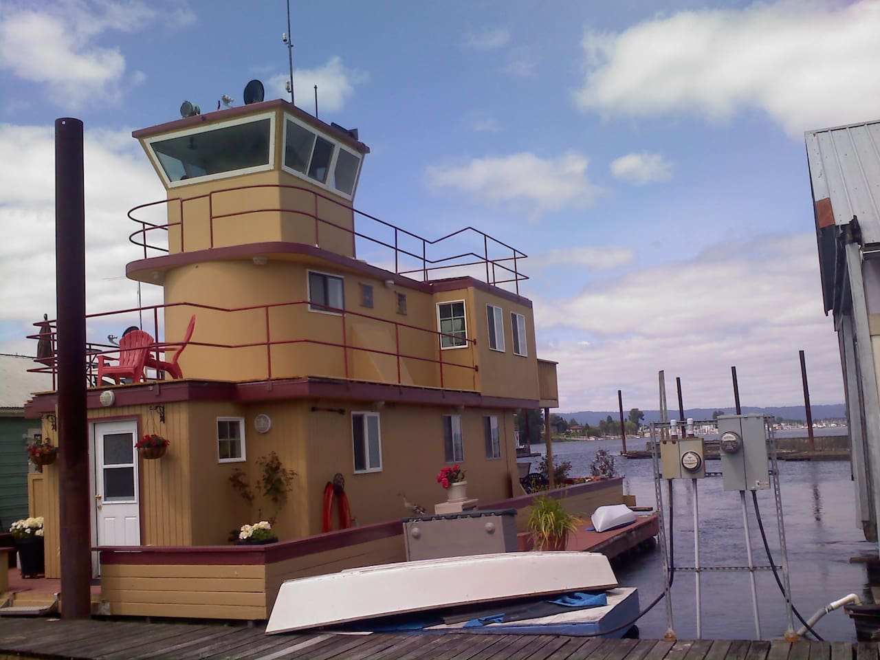 Tugboat house on the Columbia River