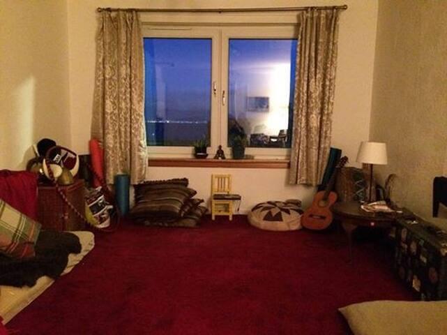 Cosy beach town flat overlooking Edinburgh